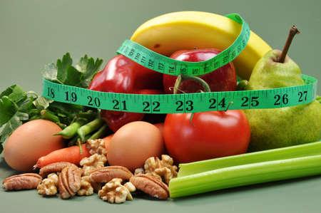 weight loss plan: Gruppo di sani, alimenti biologici, tra cui pera, mela, pomodoro, uova, noci, noci pecan, noci, carota, banana e mela, per una dieta sana o dimagrante risoluzione Capodanno Archivio Fotografico
