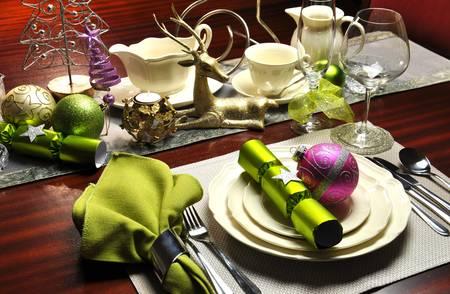 santa cena: La cena de Nochebuena mesa con modernos acentos de color verde lima y rosa