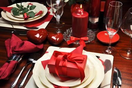 luz de velas: Cena romántica de San Valentín roja para ajuste de la tabla dos.
