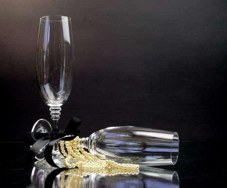 lazo negro: Vidrios de Champ�n para la celebraci�n de negro empate ocasi�n o fiesta de A�o Nuevo en blanco y negro Foto de archivo