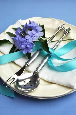 serviette: Blauw thema zilveren bestek, borden en servet servetten voor een moderne draai aan de traditionele tabel elegantie Verticaal