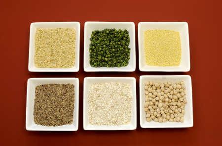 leguminosas: Sin gluten granos de comida - arroz integral, mijo, LSA, copos de trigo sarraceno y los garbanzos y las legumbres guisantes verdes - para una dieta saludable, libre de la enfermedad cel�aca Foto de archivo