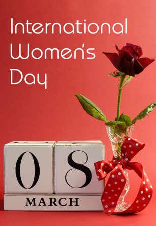 fraue: Red Thema Sparen Sie das Datum weiße Block Kalender für International Women s Day, dem 8. März, mit Blumen, Vase und Polka Dot Ribbon vertikal mit dem Titel Nachricht dekoriert