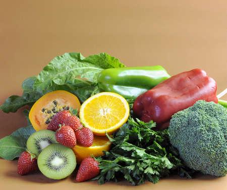 herbolaria: Las fuentes de vitamina C - naranjas, fresas, pimientos pimientos rojos y verdes, hojas verdes oscuras, perejil, brócoli, papaya y kiwi - para la dieta saludable y un programa de adelgazamiento