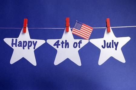 calendario julio: Feliz el 4 julio Cuarto de mensaje escrito a través de tres 3 estrellas de color blanco con EE.UU. bandera americana cuelga en ganchos rojos en una línea contra un fondo azul.