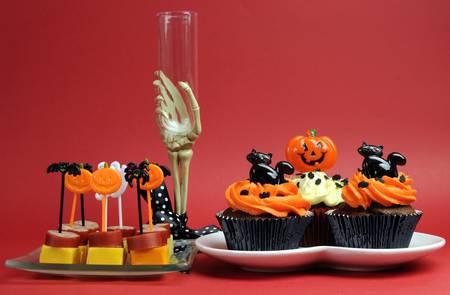 Kırmızı zemin üzerine iskelet el cam Mutlu Cadılar Bayramı partisi gıda. Stok Fotoğraf - 19057017