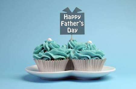 happy Fathers Day: Feliz D�a de padres regalo especial azul y blanco hermoso magdalenas adornadas con el mensaje sobre fondo azul