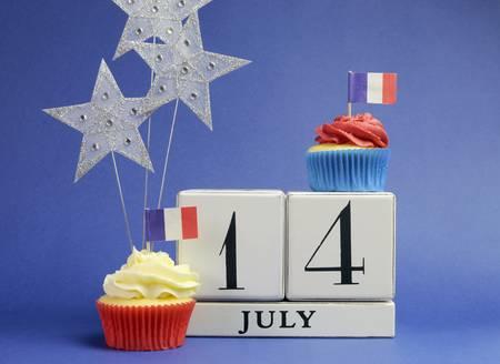 calendario julio: Calendario Francia Fiesta nacional 14 de julio, catorce de julio, Día de la Bastilla, con banderas, las tortas y las estrellas decoraciones. Foto de archivo