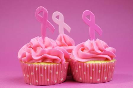 senos: Pink cupcakes con el s�mbolo de la cinta rosada para el c�ncer de mama mes Internacional caridad conciencia de octubre. Close up.