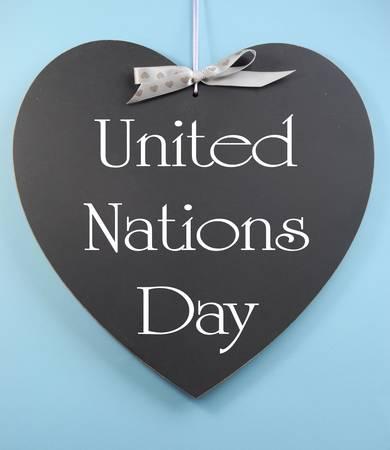 nazioni unite: Nazioni Unite messaggio di testo Giorno saluto scritto sulla lavagna a forma di cuore contro un cielo blu