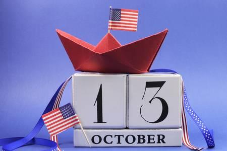 calendario octubre: EE.UU. fiestas, Feliz Día de Columbus, en el segundo Lunes, 13 de octubre celebración Guardar el calendario de la fecha con un barco de papel rojo y las estrellas y las banderas de franjas y cintas decoraciones