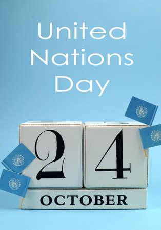 naciones unidas: Guarde el bloque blanco calendario fecha para el 24 de octubre, Día de las Naciones Unidas, con las banderas azules cielo de las Naciones Unidas, contra un fondo de cielo azul Foto de archivo