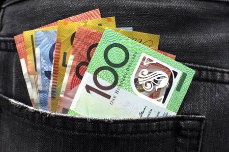 Australische geld, waaronder 100, 50, 5, 10 en 20 dollar notities, in de achterzak van een man Stockfoto