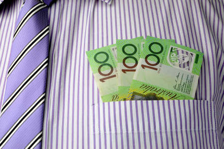 bolsa dinero: Trescientos dólares de notas en pockket fuente de la camisa del hombre de negocios, con el lazo stipr púrpura.