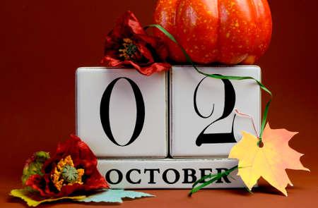 calendario octubre: Guardar el calendario bloque blanco Fecha de 02 de octubre, con los colores de otoño de otoño, frutas y flores temáticos para ocasiones especiales individuales, fiestas y eventos