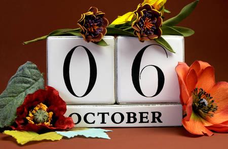 calendario octubre: Guardar el calendario bloque blanco Fecha de 06 de octubre, con los colores de otoño de otoño, frutas y flores temáticos para ocasiones especiales individuales, fiestas y eventos Foto de archivo