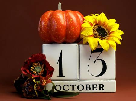 calendario octubre: Guarde el bloque blanco calendario fecha para el 13 de octubre con los colores del otoño otoño, frutas y temáticos flores para cumpleaños, ocasiones especiales individuales, fiestas y eventos