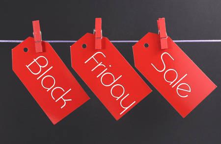 long weekend: Venerd� nero Shopping concetto di vendita con il messaggio scritto attraverso biglietto rosso tag vendita appeso a pioli su una riga