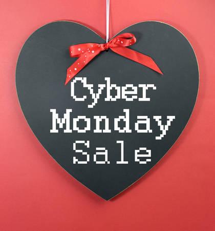long weekend: Cyber ??Lunedi shopping on line natalizio concetto di vendita con il saluto a forma di cuore lavagna su uno sfondo rosso