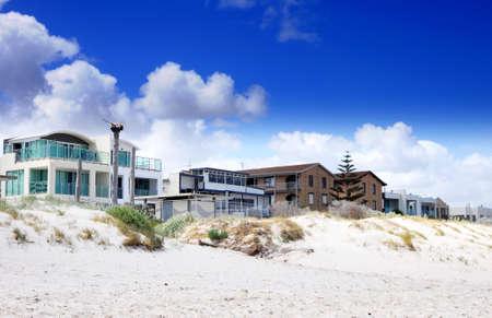Esplanade Häuser und Straße Häusern mit Blick auf schönen weißen Sandstrand. Genommen am Henley Beach, South Australia.