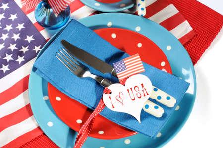 sample text: Cuarto feliz de julio de comedor mesa de ajuste, coloque en rojo, blanco y azul de los colores con estrellas de los EEUU de las barras y la bandera y el coraz�n etiqueta de regalo con texto de ejemplo.