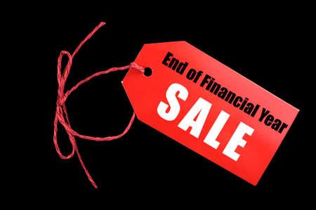 fin d annee: Fin de l'exercice financier billet rouge �tiquette de vente sur un fond noir.