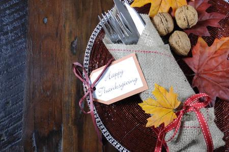 Happy Thanksgiving matbord kuvert i traditionell rustik lantlig stil med hessiska inslagna bestick på rustik trä bakgrund med kopia utrymme.