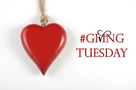 Het geven van dinsdag filantropie dag na Black Friday shopping bericht te ondertekenen met rood hart en voorbeeld tekst.