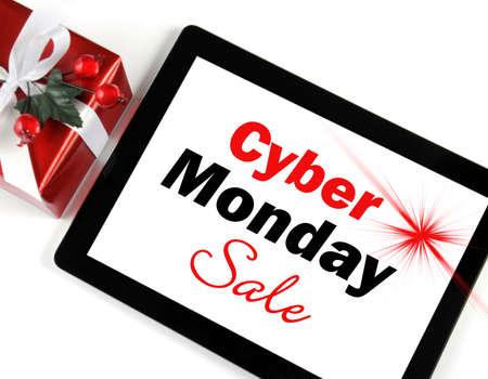 Cyber ??Monday mensaje Venta compras en el dispositivo de la tableta de ordenador negro sobre fondo blanco con el regalo de Navidad. Foto de archivo