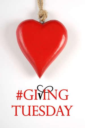 long weekend: Dare Marted� giorno dopo filantropia Venerd� nero messaggio segno shopping con cuore rosso e testo di esempio. Verticale.