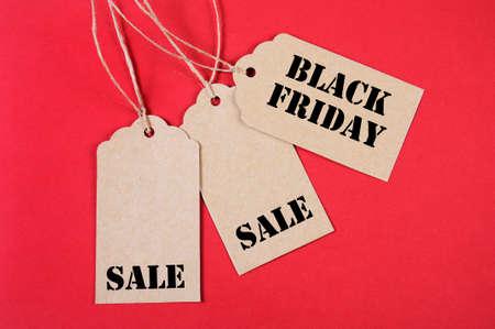 long weekend: Venerd� nero messaggio il segno di vendita su carta marrone tag di vendita su sfondo rosso. Archivio Fotografico
