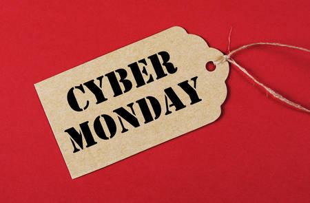 long weekend: Cyber ??Lunedi messaggio vendita shopping sul marrone kraft carta tag di shopping su sfondo rosso.