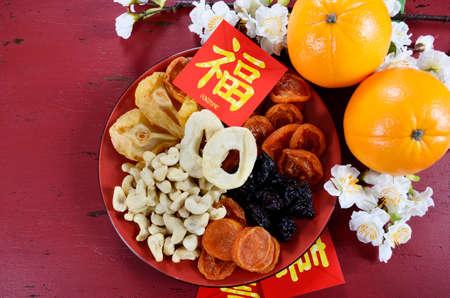 flores chinas: Año Nuevo bandeja de la celebración del partido chino feliz de estar juntos en el fondo de madera roja.