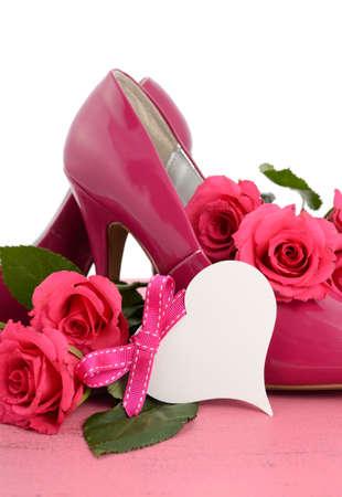 Día Internacional de la Mujer, 8 de marzo de Pink Ladies zapatos y rosas de estilete de tacón en el fondo de madera de color rosa vintage, vertical. Foto de archivo - 36571172