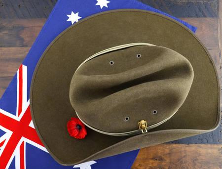 澳纽军团军帽与澳大利亚国旗在复古的木材背景。
