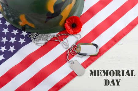 犬タグとタイトル テキストの白ヴィンテージ木製テーブルの上アメリカ星条旗の旗をケシ赤い記憶米国メモリアルデーのコンセプトです。 写真素材