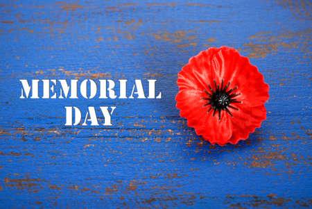 赤い記憶暗い青ビンテージ苦しめられた木製のテーブルの上、タイトル テキスト ポピーの概念はアメリカ記念日。