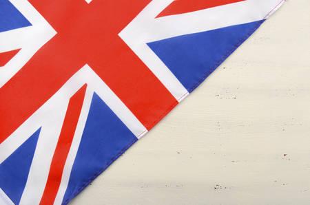 bandera uk: Bandera de Union Jack británico en la madera blanca shabby mesa elegante con copia espacio para su texto aquí. Foto de archivo