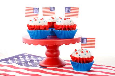 jul: Cuarto feliz de las magdalenas julio en el stand de color rojo con banderas de EE.UU. en la madera blanca mesa chice en mal estado.