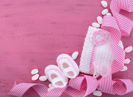 嬰兒: 它是一個女孩嬰兒淋浴或幼兒園背景,嬰兒衣服和為您的網站的文本複製空間配件。