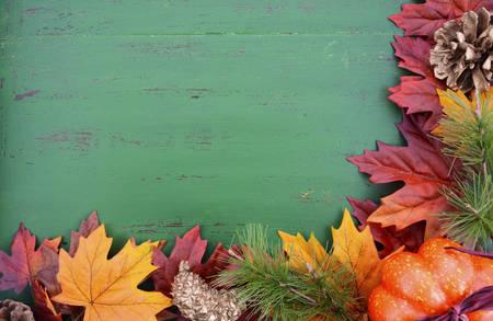 Caída del otoño de fondo rústico en madera verde apenada vintage con hojas de otoño y las decoraciones.