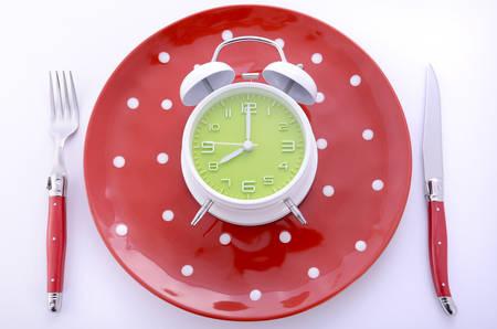 水玉プレート、時計は 8 時の設定で白い背景のカトラリーと明るいモダンなテーブルの場所の設定。