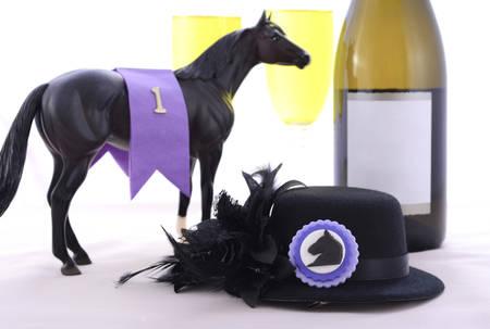 corse di cavalli: Signore corse di cavalli pranzo raffinato tavolo da pranzo impostazione con piccolo cappello di fascinator nero, decorazioni e champagne.
