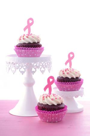 rak: Organizacji imprezy charytatywnej dla Różowa wstążka na dzień kobiet z rakiem piersi świadomości z różowego i czerwonego aksamitu babeczki, z kawą i herbatą. Zdjęcie Seryjne