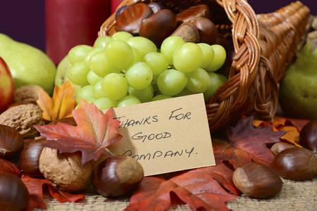 cuerno de la abundancia: País estilo mesa de Acción de Gracias rústico configuración de detalle sobre cornucopia con Gracias por mensaje de buena compañía.