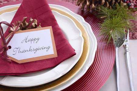 plato del buen comer: Traditional red theme festive table place setting for Thanksgiving dinner party table. Foto de archivo
