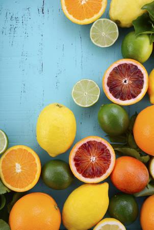 CITRICOS: Agrios en la tabla aqua madera envejecida de la vendimia, incluyendo ombligo y naranjas de sangre, limones y limas. Foto de archivo