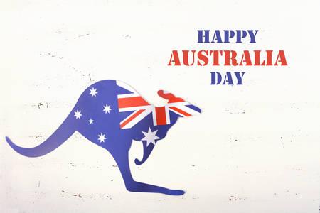 bandera blanca: bandera australiana en forma de un canguro en la madera blanca de mesa elegante lamentable. Foto de archivo