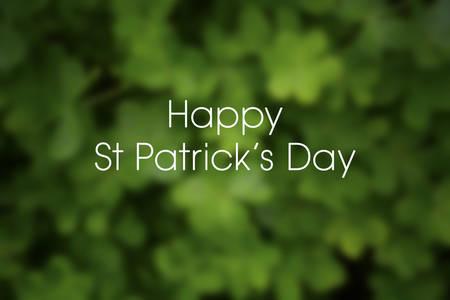 Wazige achtergrond van groene klaver klaver voor St Patricks Day, met voorbeeld begroeting.