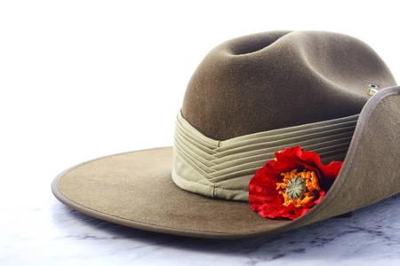 ANZAC Day, 25 april, leger slappe hoed op witte marmeren tafel.